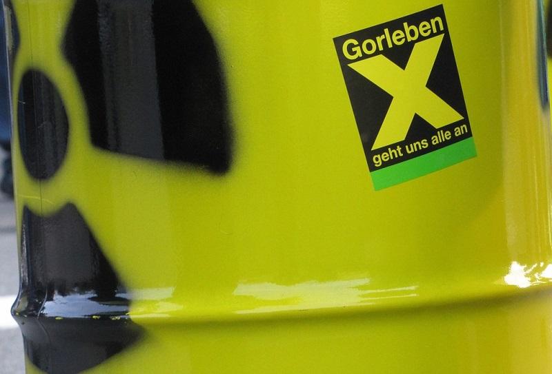 gelbes Fass mit Atomsymbol und Gorleben-Aufkleber