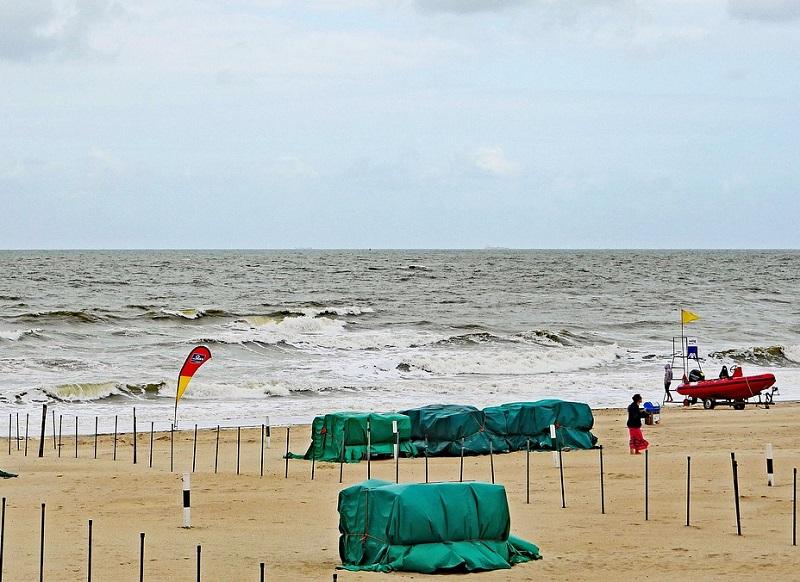 stürmisches Meer und Strand
