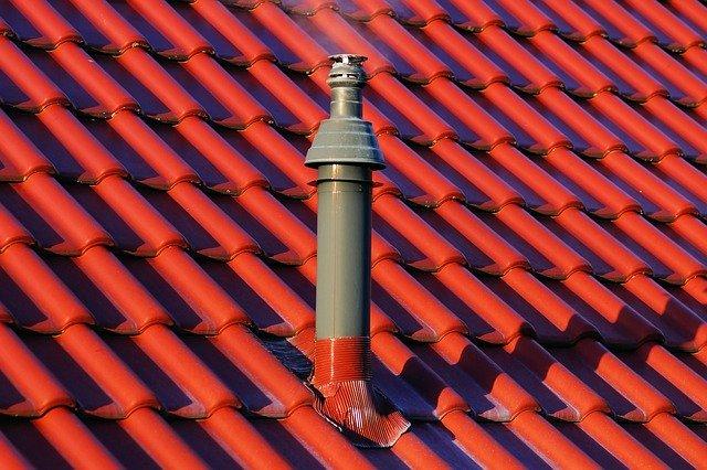 Heizungsschornstein auf einem rot gedeckten Dach