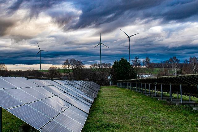 Solaranlage und Windräder vor Abendhimmel