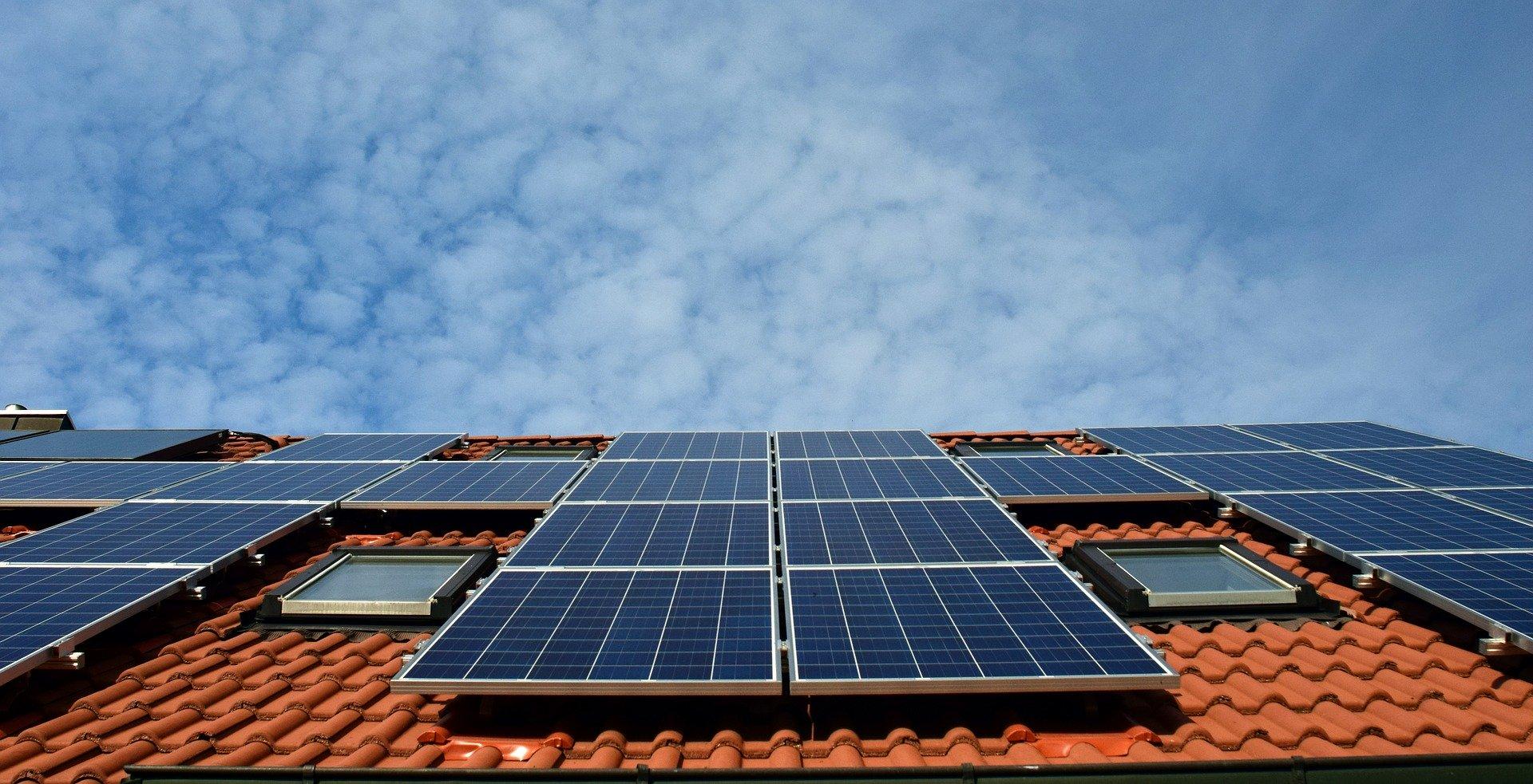 Solarzellen auf einem Dach mit Himmel