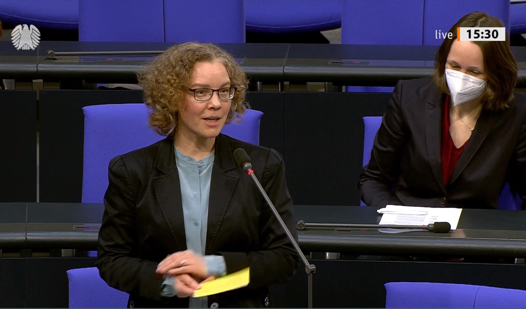 Julia Verlinden am Mikrofon im Bundestag