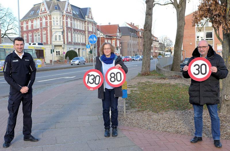 Martin Schwanitz, Julia Verlinden und Detlev Schulz-Hendel bei einer Tempolimit-Aktion in Lüneburg