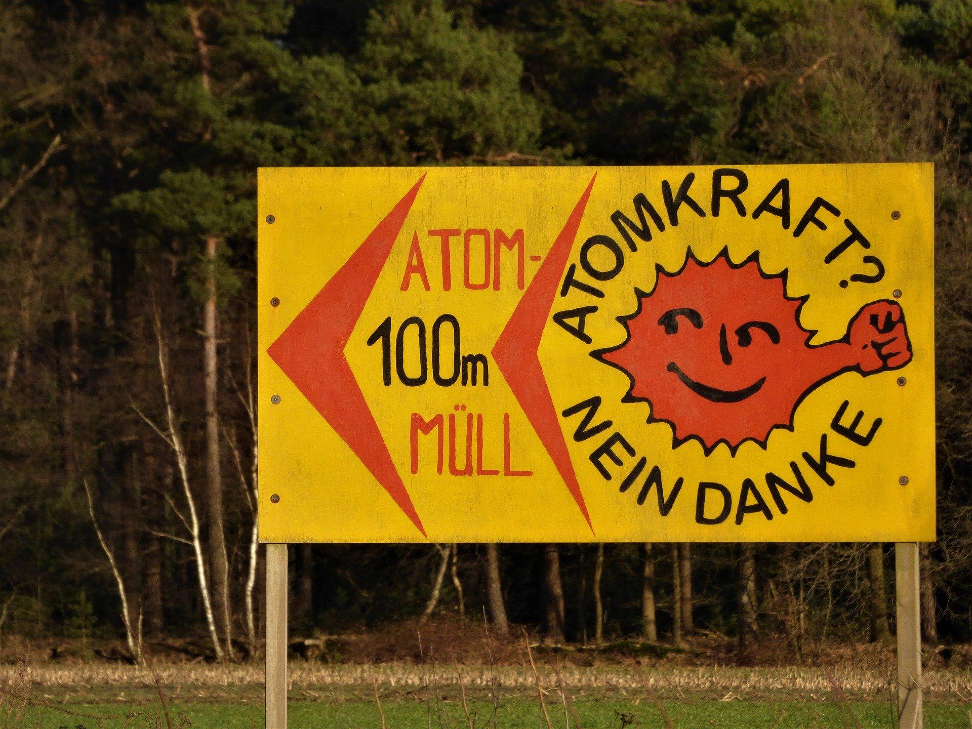 Bild zeigt Protesttafel gegen Atomkraft
