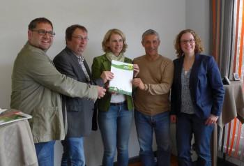 Die Grünen Elke Twesten und Thomas Lauber übergeben eine Resolution des Kreistags Rotenburg an die Bundestagsabgeordneten