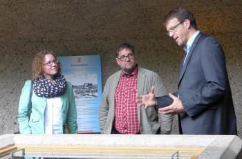 Dirk Lütvogt erläutert den Abgeordneten Verlinden und Meiwald die Bedeutung der Auburg Quelle