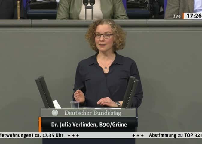 Julia Verlinden am Redepult im Deutschen Bundestag