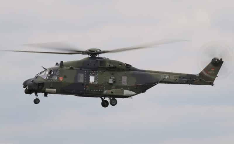 Militär-Hubschrauber in der Luft