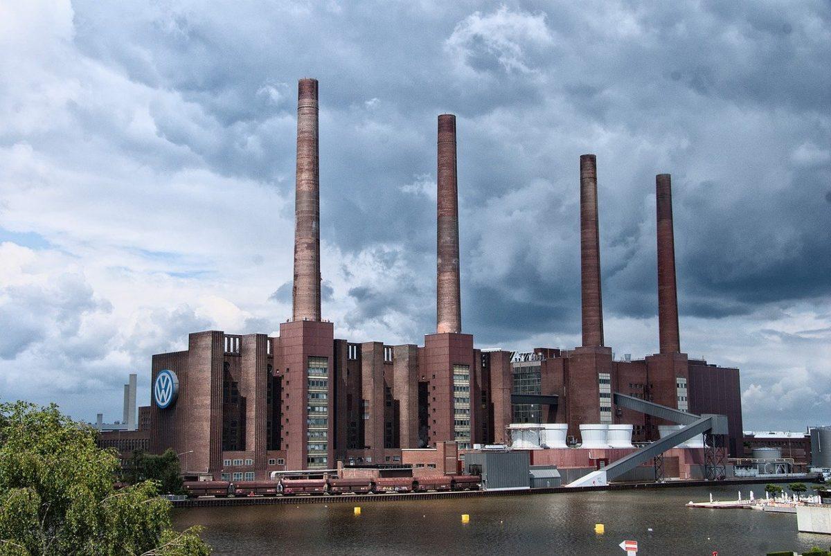 Kraftwerk mit vier Schornsteinen bei VW in Wolfsburg