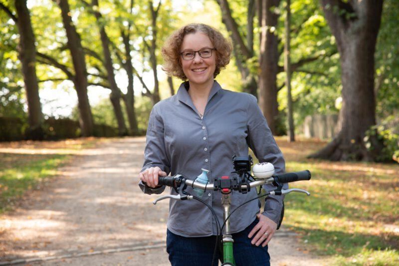 Julia Verlinden mit Fahrrad