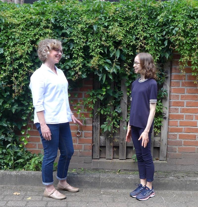 Julia Verlinden und Paula Heide vor einer begrünten Häuserwand