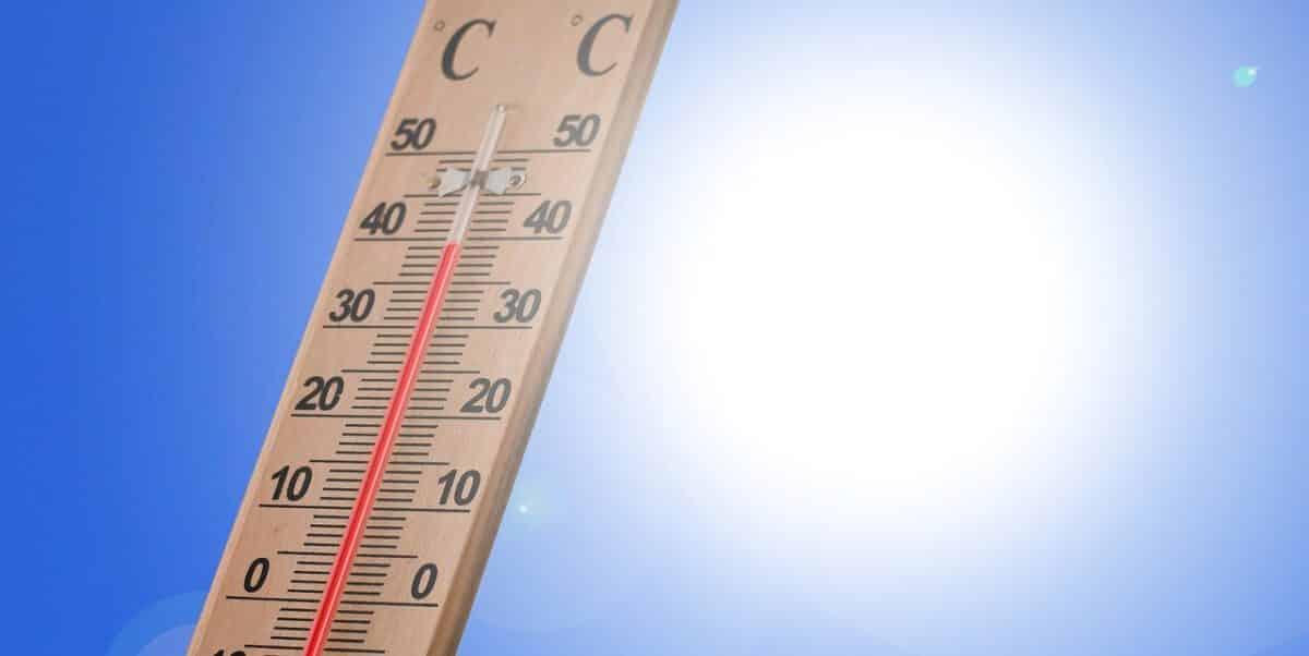 Thermometer vor greller Sonne zeigt 40 Grad