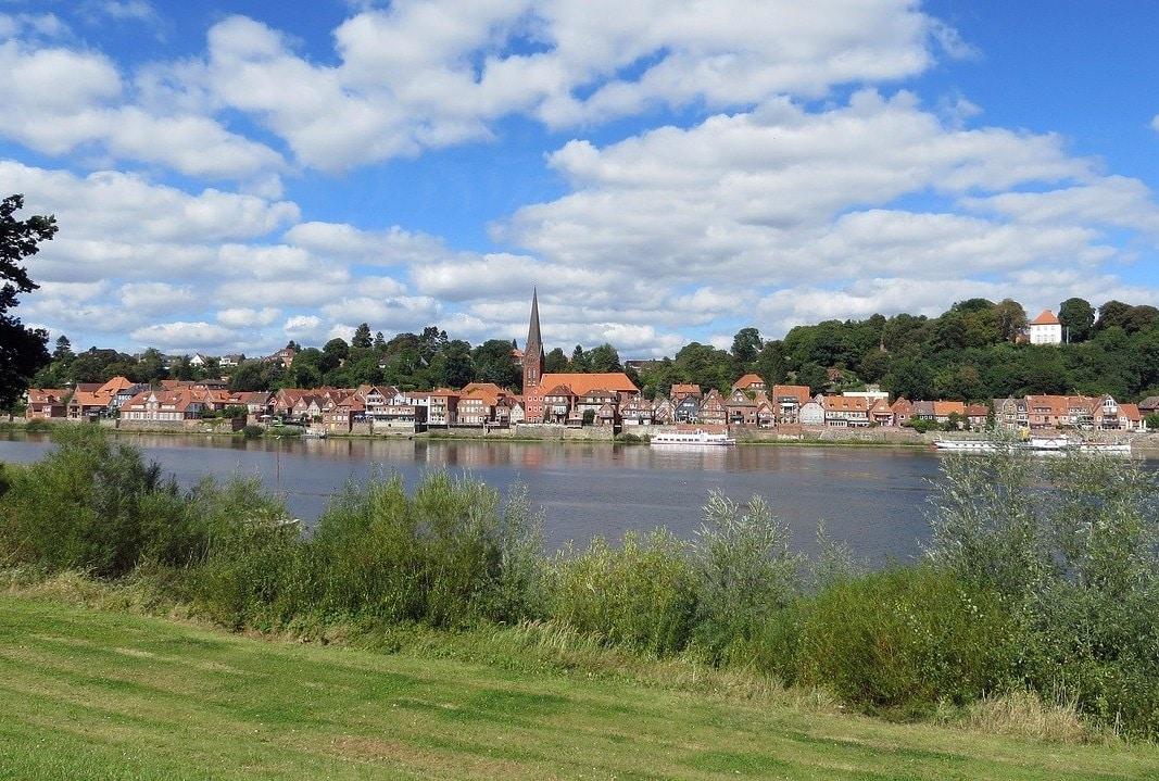 Blick auf Lauenburg über die Elbe
