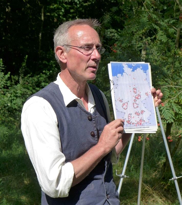 Stefan Reinsch mit Karte von Naturschutzgebieten