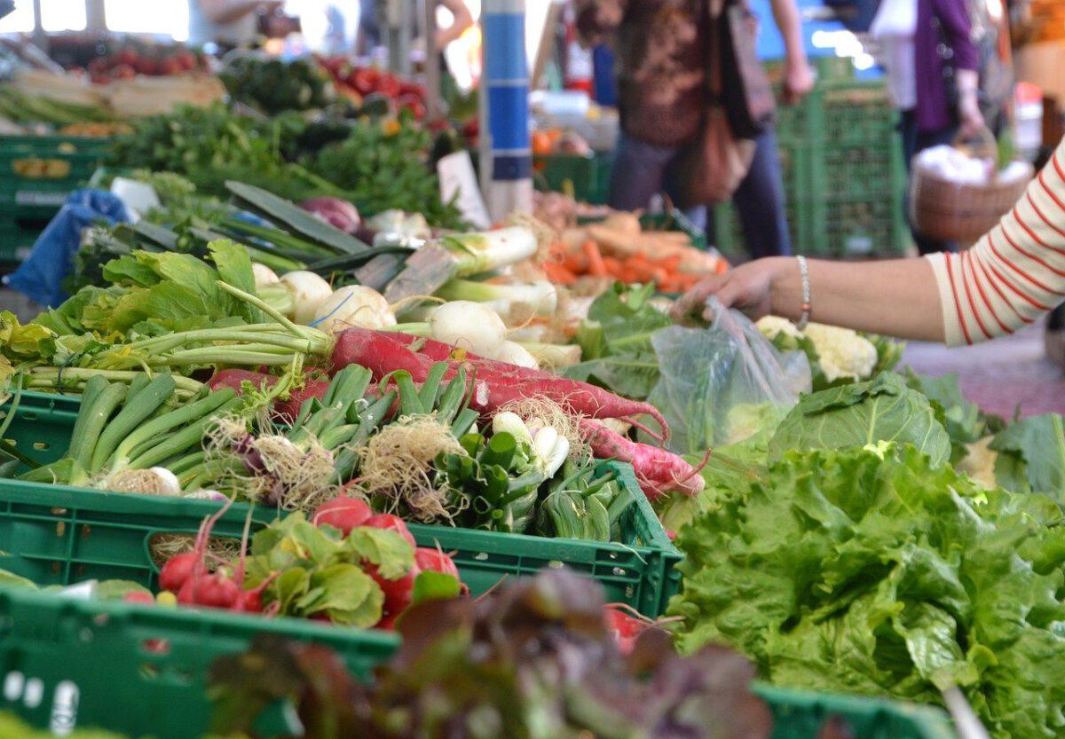 Gemüse an einem Marktstand