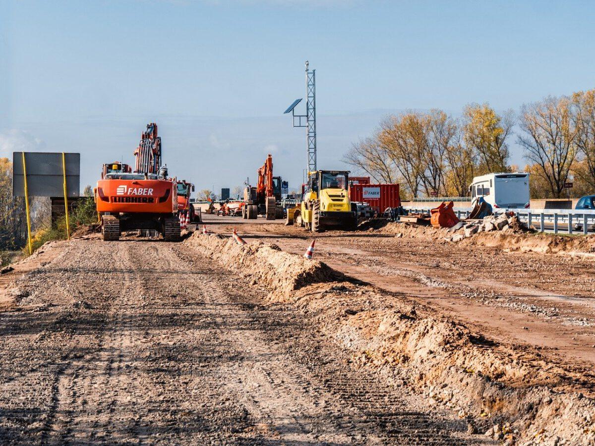 Baustelle mit Baggern und breitem Sandstreifen