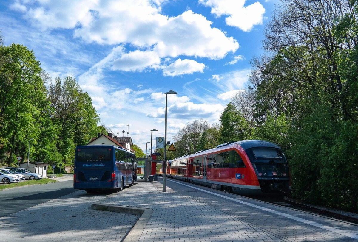 Bus und Regionalbahn an einer Haltestelle