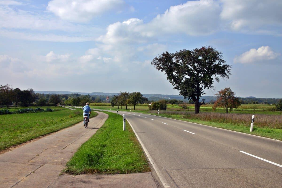 Radweg an einer Landstraße