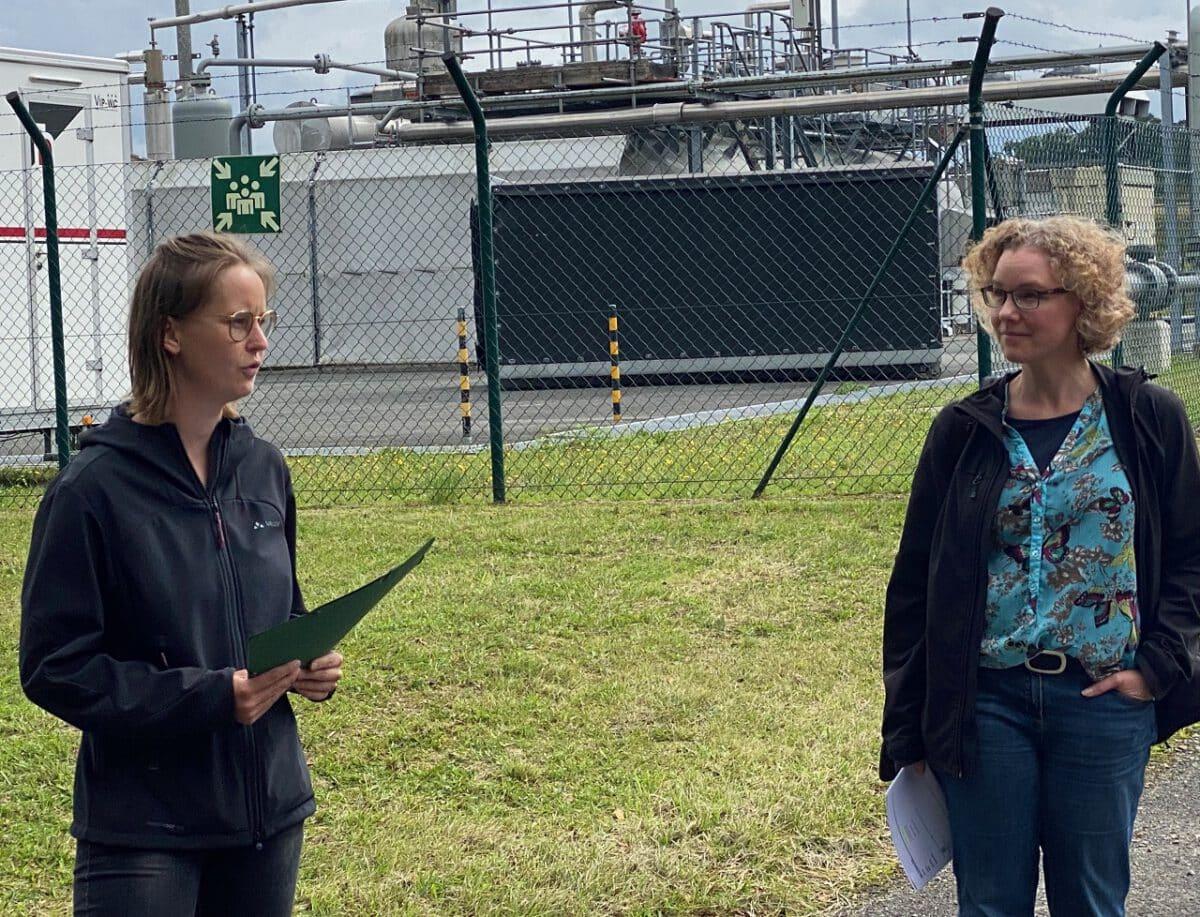 Lena Gumnior und Julia Verlinden vor einer Gasförderstelle in Niedersachsen